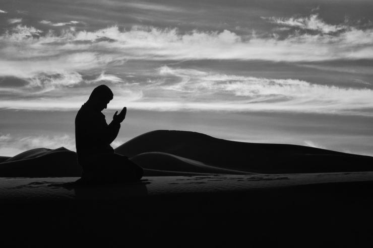 muslim-man-praying-hands_353396 (1)